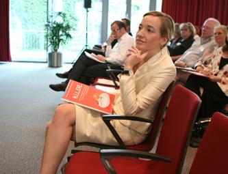 Ministerin Kristina Schroeder mit dem Abschlubericht Hilde